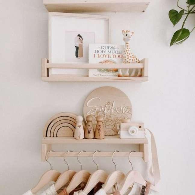 9. Comoda com cabideiro de madeira para o quarto rustico – Foto Lilyjmuir