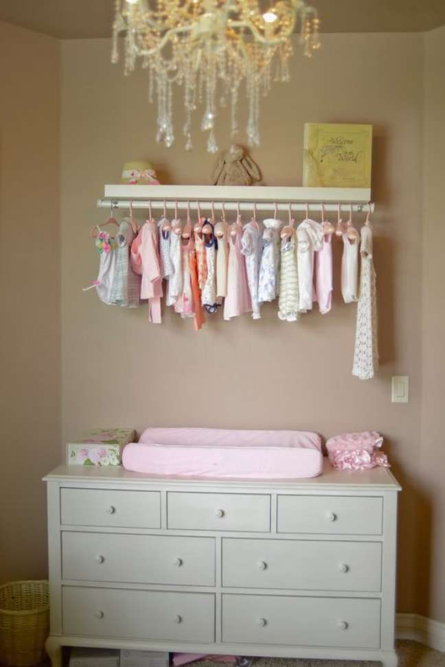 14. Comoda com cabideiro e trocador para quarto de bebe – Foto She Knows
