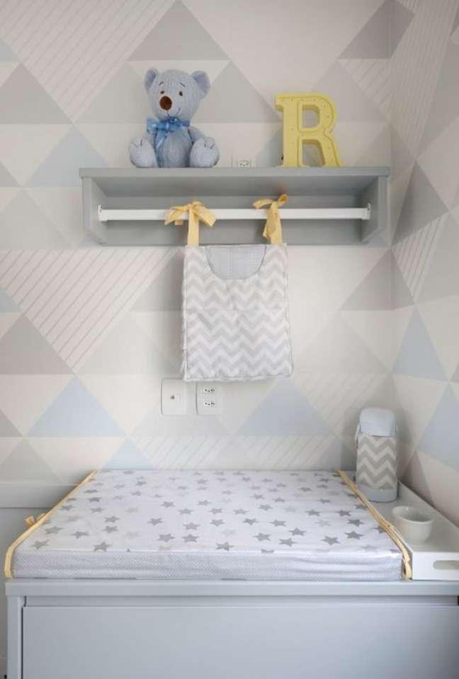 12. Comoda com cabideiro e prateleira para decorar o quarto de bebe – Foto Constance Zahn
