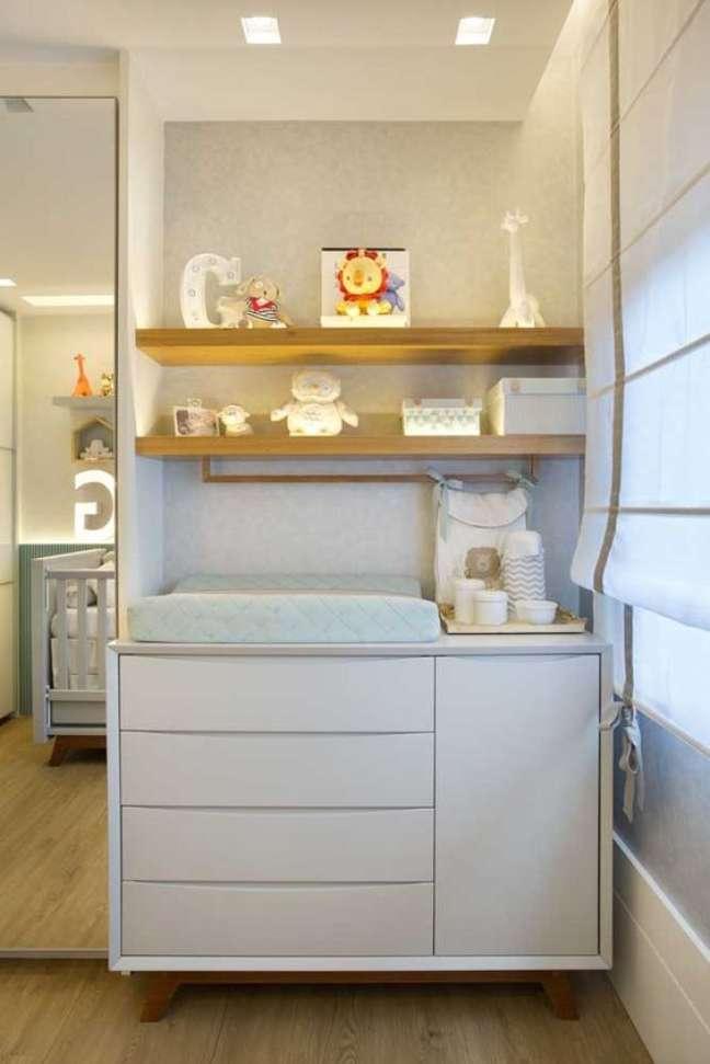 13. Comoda com cabideiro e prateleiras na decoracao do quarto de bebe – Foto Pinterest