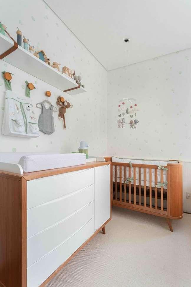 18. Cômoda com cabideiro para quarto de bebe de madeira e branco – Foto Duas Aquitetura