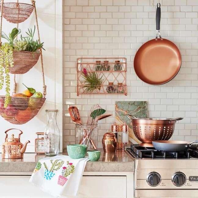 1. Cozinha organizada com utensílios rose gold – Foto REal Simple
