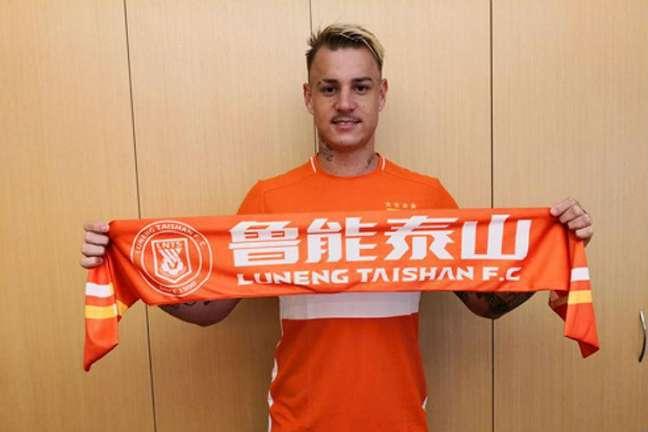 Roger Guedes tem tido dificuldade para rescindir contrato na China (Foto: Divulgação/Shandong Luneng)