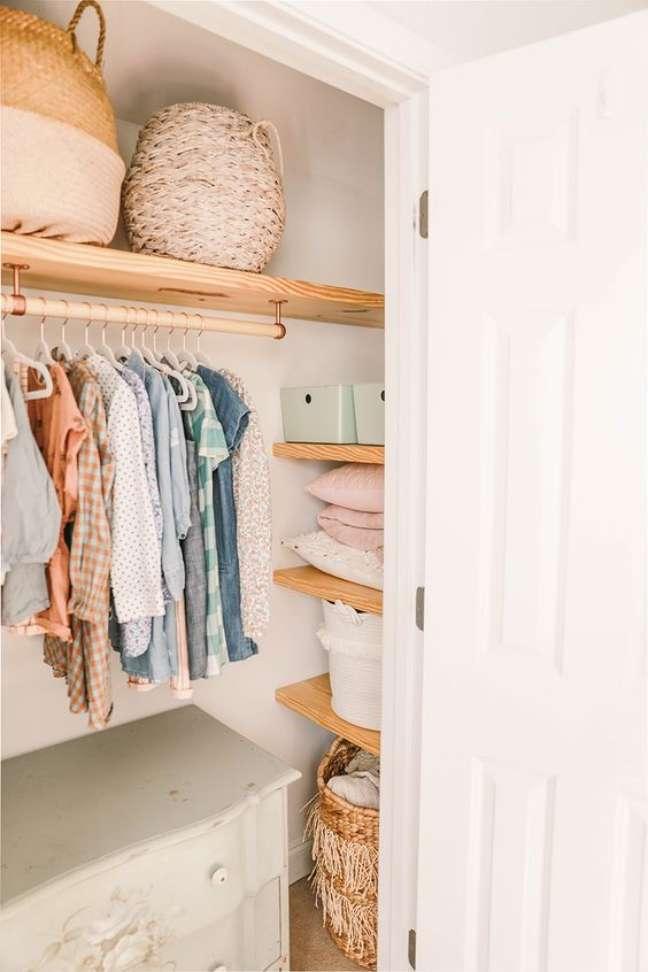 44. Closet com cômoda com cabideiro – Foto In Honor of Design