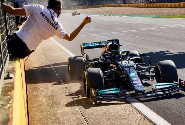 Lewis Hamilton venceu o GP da Inglaterra após polêmica com Max Verstappen