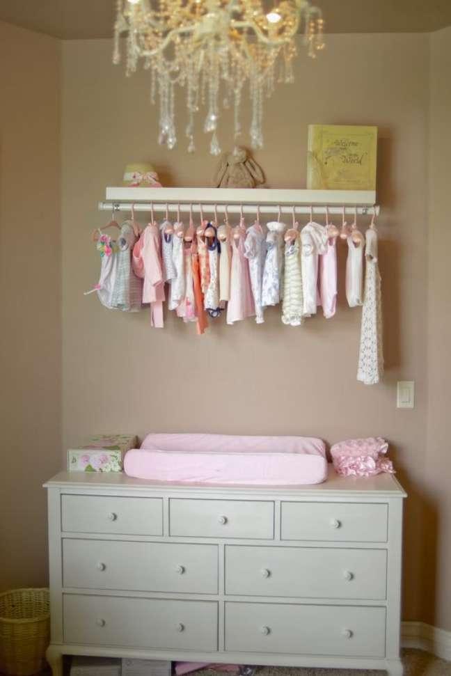 25. Cômoda com cabideiro retro para quarto de bebê – Foto SheKnows