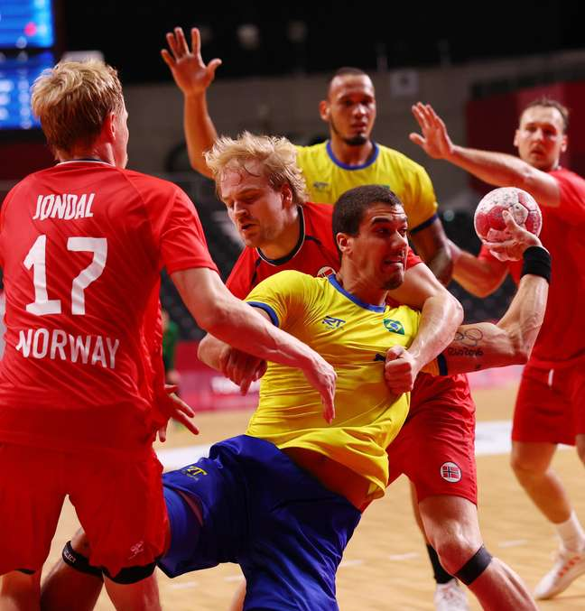 Zé Toledo em ação pelo Brasil contra a Noruega em estreia nos Jogos Olímpicos
