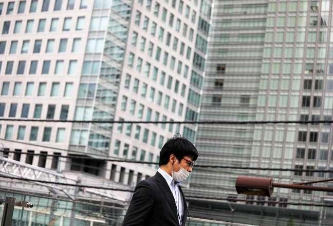 Homem usa máscara em Tóquio  30/7/2020  REUTERS/Issei Kato