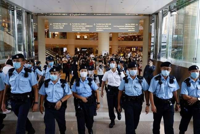 Policiais pedem para apoiadores de Tong Ying-kit dispersarem durante audiência no tribunal, em Hong Kong 30/07/2021 REUTERS/Tyrone Siu