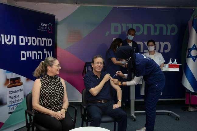 Presidente de Israel, Isaac Herzog, recebe 3ª dose de vacina contra Covid-19, ao lado da mulher, Michal, no Centro Médico Sheba, em Ramat Gan 30/07/2021 Maya Alleruzzo/Pool via REUTERS