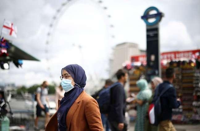 Pessoas caminham sobre a Ponte de Westminster em meio à pandemia de Covid-19 em Londres 04/07/2015 REUTERS/Henry Nicholls