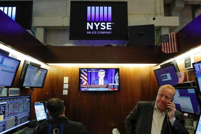 Operadores trabalham na Bolsa de Nova York enquanto acompanham pela TV fala do presidente do Federal Reserve, Jerome Powell, após decisão de política monetária 28/07/2021 REUTERS/Andrew Kelly