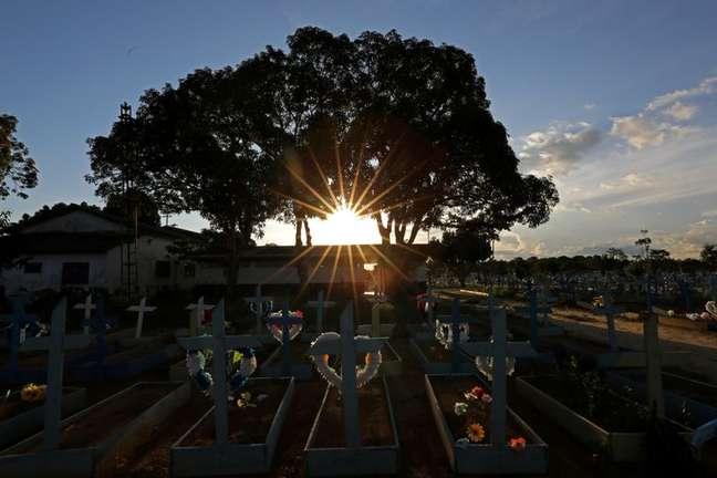 Tumulos de vítimas de Covid-19 no Cemitério  Parque Tarumã, em Manaus 20/5/2021 REUTERS/Bruno Kelly