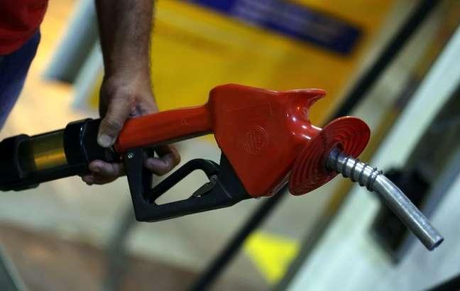 Carro sendo abastecido em posto de combustíveis em São Paulo REUTERS/Paulo Whitaker