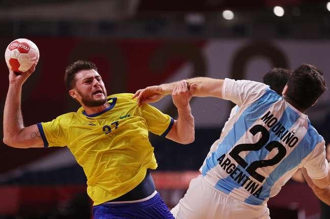 Langaro ataca contra a marcação de argentino na vitória do Brasil nesta quinta-feira