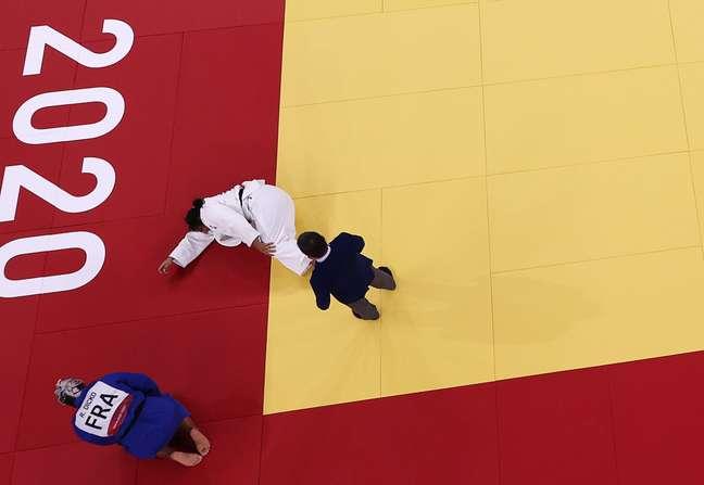 Maria Suelen leva sua mão ao joelho esquerdo depois da derrota sofrida para rival francesa