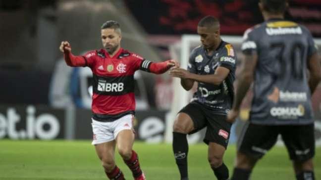 Assim como todo titular do meio para a frente, Diego não foi poupado (Foto: Alexandre Vidal / Flamengo)