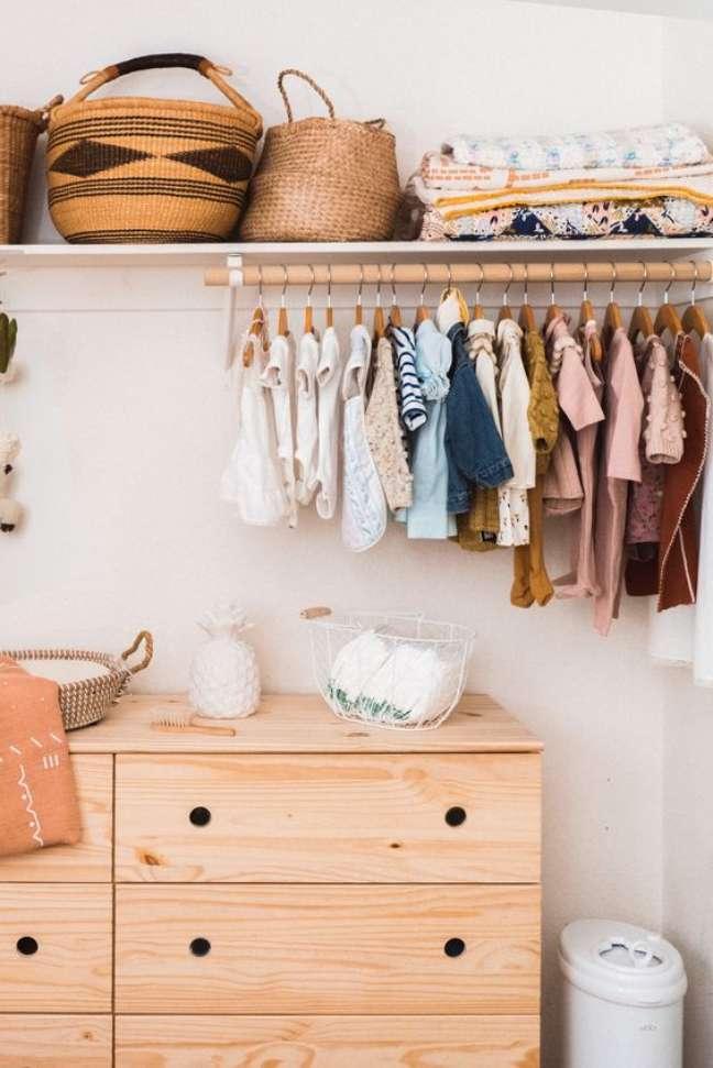 6. Comoda com cabideiro de madeira para organizar as roupas no ambiente – Foto Motherly