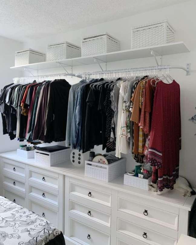 21. Cômoda com cabideiro para quarto moderno decorado com closet – Foto Karina Dantas