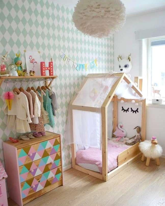 3. Quarto decorado com comoda com cabideiro infantil colorido – Foto MonBebecheri
