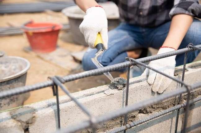 4. Economizando na hora da obra: procure proteger os materiais e estruturas expostos na construção. Fonte: Freepik