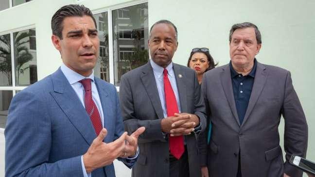 Prefeito de Miami, Francis Suarez a esquerda