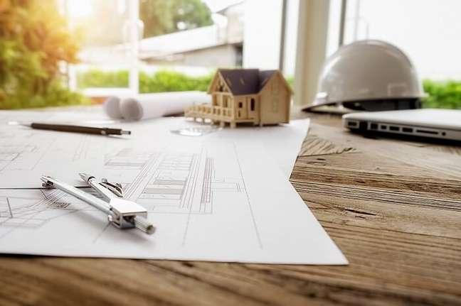 1. Economizando na hora da obra: contrate profissionais, pois é a maneira mais inteligente de economizar dinheiro na construção. Fonte: Freepik
