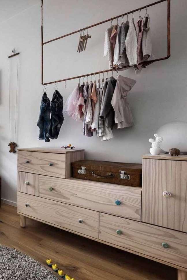 5. Comoda com cabideiro de madeira e rustica – Foto Pinterest