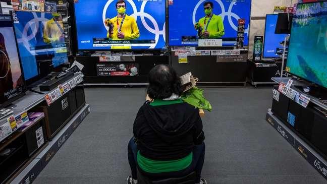 As pessoas estão sendo incentivadas a ficar em casa e assistir às Olimpíadas na televisão