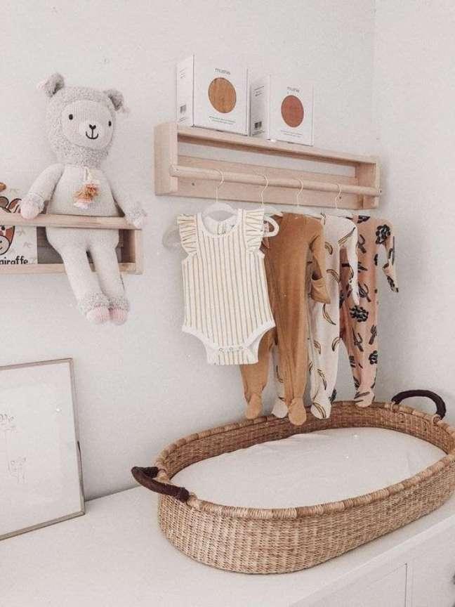 8. Comoda com cabideiro de madeira e trocador no quarto de bebe – Foto Etsy
