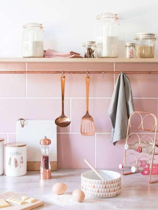 13. Lista de utensilios de cozinha com prateleira moderna – Foto Pufik Homes