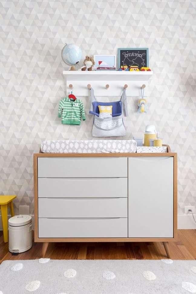 35. Quarto de bebe organizado cômoda com cabideiro pequeno – Foto Constance Zahn