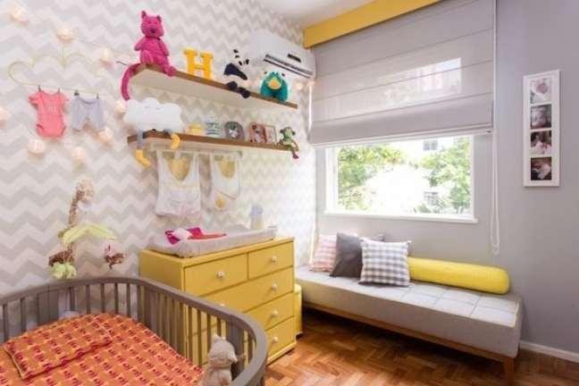 11. Comoda com cabideiro de madeira para quarto infantil em tons de amarelo e cinza – Foto Vamos Mamaes