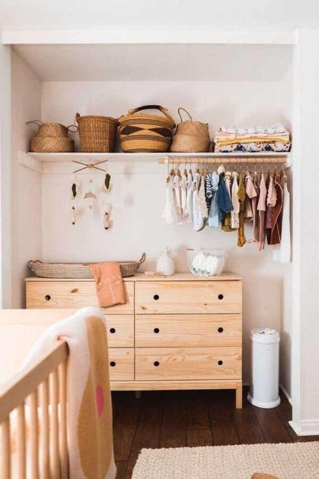 10. Cômoda com cabideiro de madeira para quarto de bebê – Foto Revista Vd