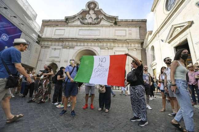 Manifestação de negacionistas contra certificado sanitário em Roma