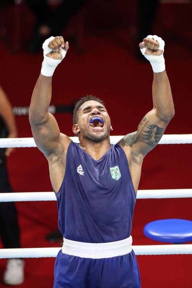 Abner festeja vitória no boxe, nesta sexta-feira nos Jogos Olímpicos de Tóquio Gaspar Nóbrega/COB