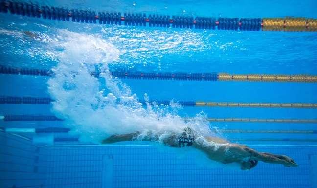 Bruno Fratus caiu na água nesta sexta-feira nos Jogos Olímpicos de Tóquio e se classificou à semifinal dos 50m livre Jonne Roriz/COB
