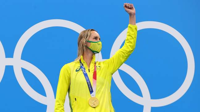 Emma McKeon festeja a medalha de ouro conquistada nesta sexta-feira nos Jogos Olímpicos de Tóquio Marko Djurica Reuters