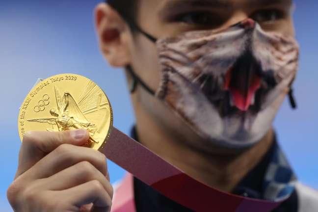 Evgeny Rylov, da Rússia, mostra a medalha de ouro conquistada nesta sexta-feira nos Jogos Olímpicos de Tóquio Carl Recine Reuters