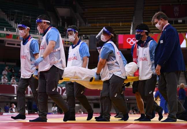 Maria Suelen deixa o ginásio carregada na maca nesta sexta-feira nos Jogos Olímpicos de Tóquio Annegret Hilse/Reuters