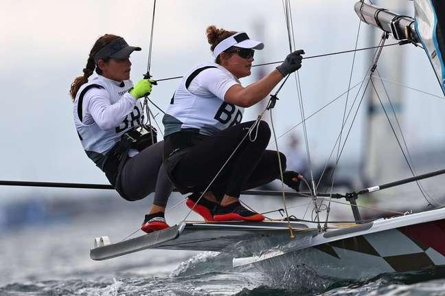 Martine Grael e Kahena Kunze durante regata disputada nesta sexta-feira na Baia de Endoshima Carlos Barria/Reuters
