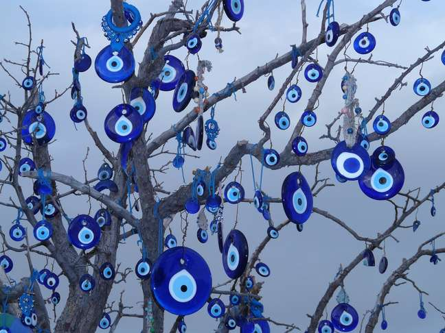 """Árvore enfeitada com """"olhos turcos"""""""