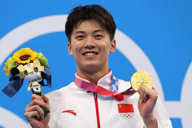 Wang Shun, da China, mostra a medalha de ouro conquistada nesta sexta-feira nos Jogos Olímpicos de Tóquio Marko Djurica/Reuters