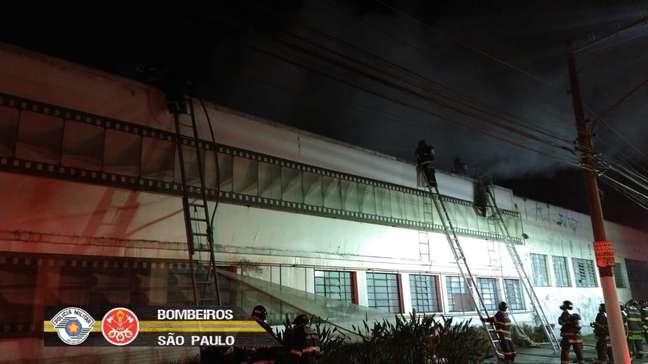 Fachada do galpão da Cinemateca na Vila Leopoldina após os bombeiros controlarem o incêndio