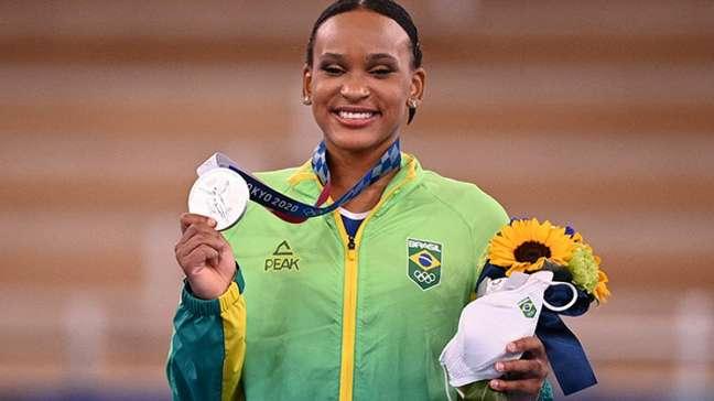Ginasta Rebeca pode conquistar mais duas medalhas em Tóquio (Foto: JEFF PACHOUD / AFP)
