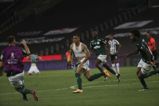 Breno Lopes comemorando o gol na final da Libertadores (Foto: RICARDO MORAES / POOL / AFP)