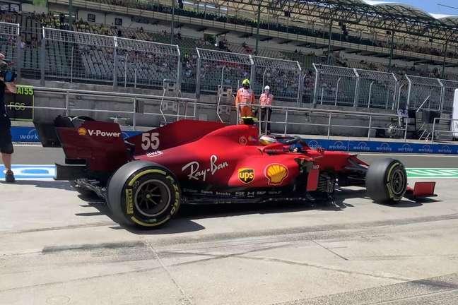 Carlos Sainz deixa o box da Ferrari no Hungaroring, palco do GP da Hungria