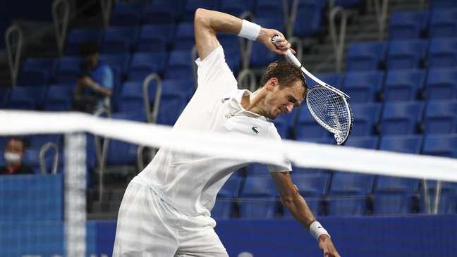 Daniil Medvedev quebra a sua raquete durante jogo das quartas de final do tênis masculino na Olimpíada