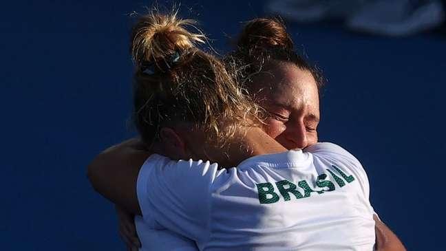 Laura Pigossi e Luisa Stefani celebram medalha de bronze  31/7/2021    REUTERS/Yara Nardi