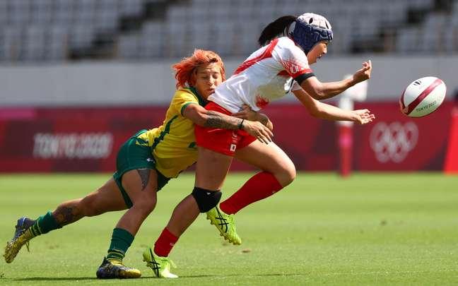 Brasileira Luiza Gonzalez segura adversária japonesa no jogo desta sexta-feira